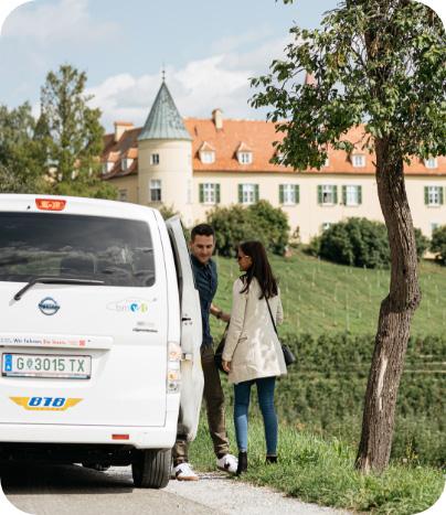 Frau und Mann steigen ins ISTmobil Taxi
