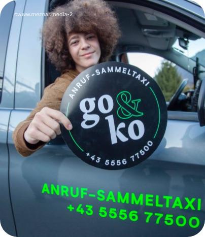 Junge sitzt im go&ko Taxi und hält go&ko Logo in der Hand